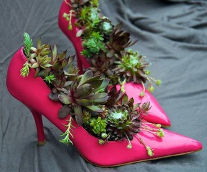 Pink-Girl-Old-Shoes-Planters-Creative-Ideas-Use-Old-Shoes-to-Plant-Flower